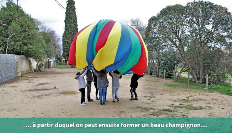 Le parachute forme un champignon