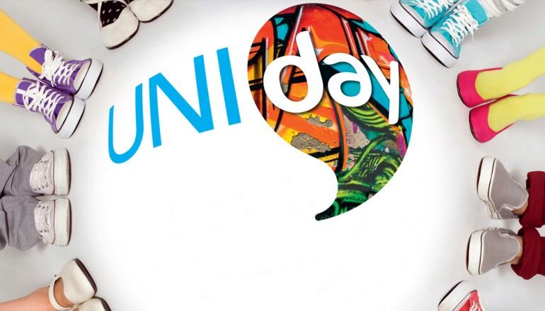 Affiche Uniday avec des pieds autour du logo