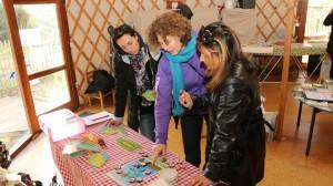 Une animatrice de l'Écolothèque montre des jeux à des agents communaux