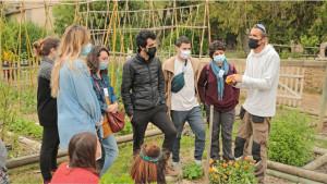 Un agent agricole montre à plusieurs animateurs une fleurs à récolter
