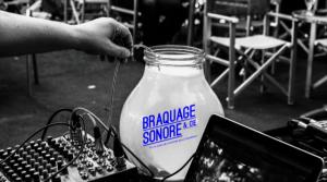 un bocal avec du liquide et un micro qui enregistre les sons