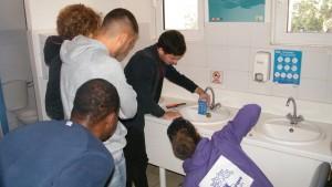 un groupe installe des mousseurs pour économiser l'eau