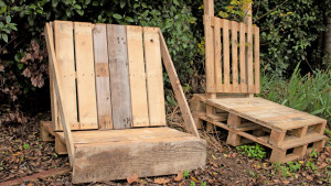 Deux fauteuils fabriqués en bois de palettes