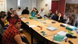 13 agents autour d'une table échangent sur le tri sélectif