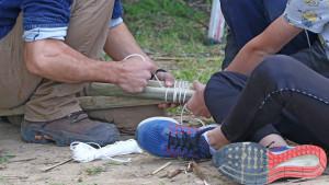 un animateur assemble deux morceaux de bois avec des noeuds