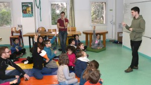 un animateur explique à un groupe d'enfants de l'Écolothèque comment économiser l'énergie