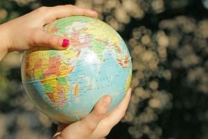 des mains d'enfants tiennent un planisphère