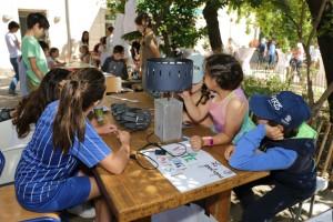 des enfants tiennent un stand sur le zootrope