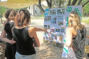 Des agents expliquent à l'aide d'un panneau la réalisation de leur projet