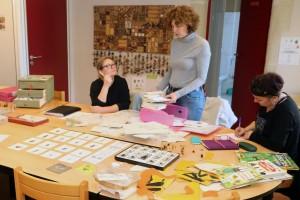 Une animatrice présente des outils pédagogiques d'éducation à l'environnement à des agents communaux.