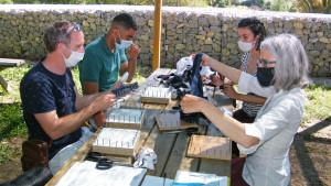 4 agents fabriquent des tawashis avec des chaussettes récupérées