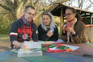 Les trois services civiques étudient un outils pédagogique
