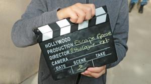 Un clap de tournage est tenu par un enfant