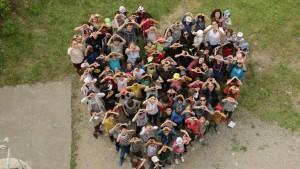 des enfants se rassemblent pour former un coeur vu du ciel