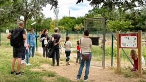 Des parents écoutent les information de la directrice du centre et regardent l'enclos des chèvres