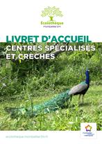Couverture du livret d'accueil de l'Écolothèque pour les centres médico-sociaux et les crèches avec une photo de paon sur l'herbe
