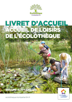 Couverture du livret d'accueil de l'Accueil de loisirs de l'Écolothèque avec une photo sur laquelle des enfants font une récolte de petites bêtes aquatiques à la mare à l'aide d'épuisettes